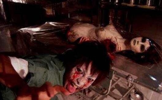 躺在床上女尸